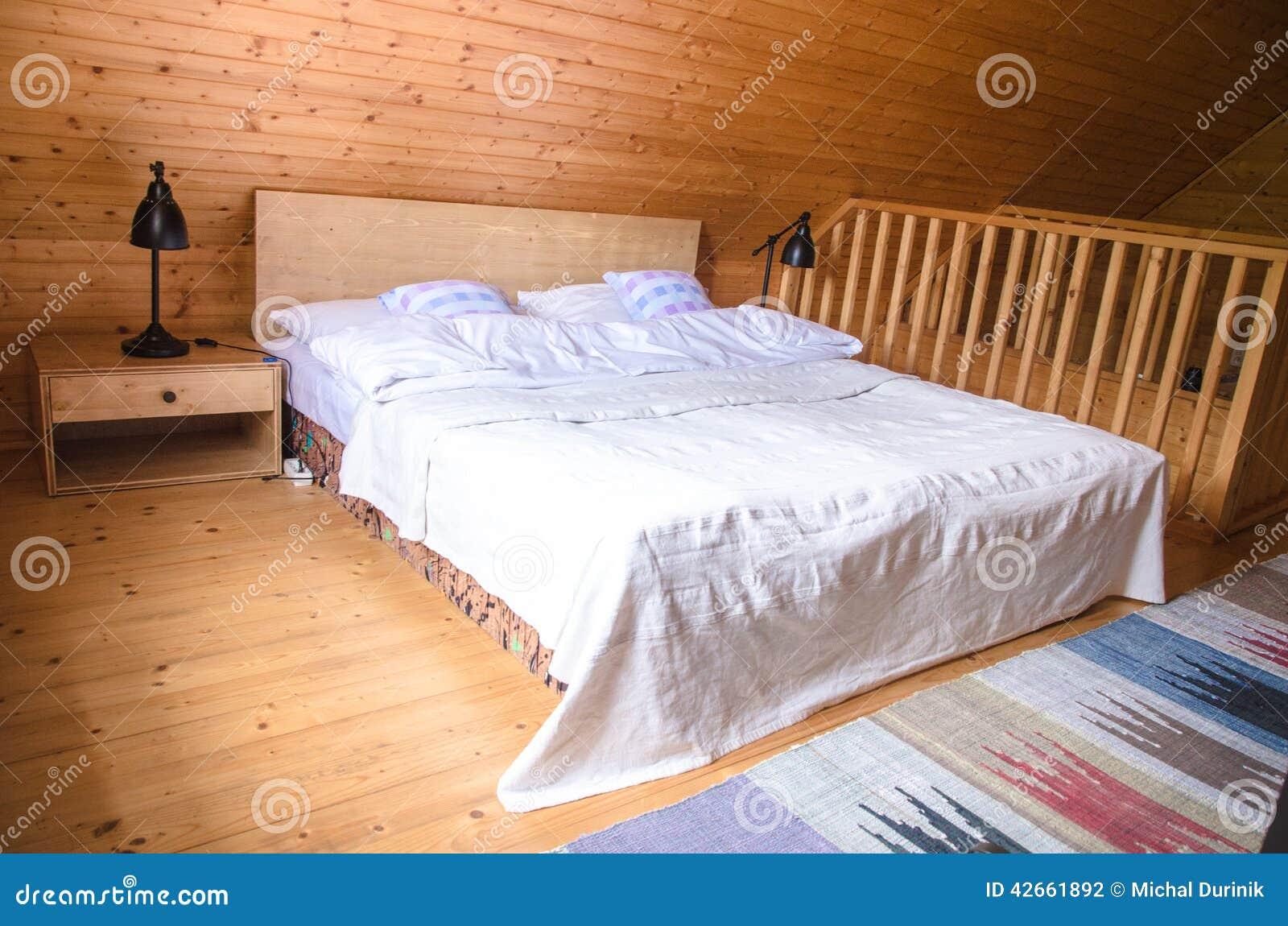 Vista interna rustica accogliente della cabina di ceppo for Disegni della casa della cabina di ceppo e programmi del pavimento