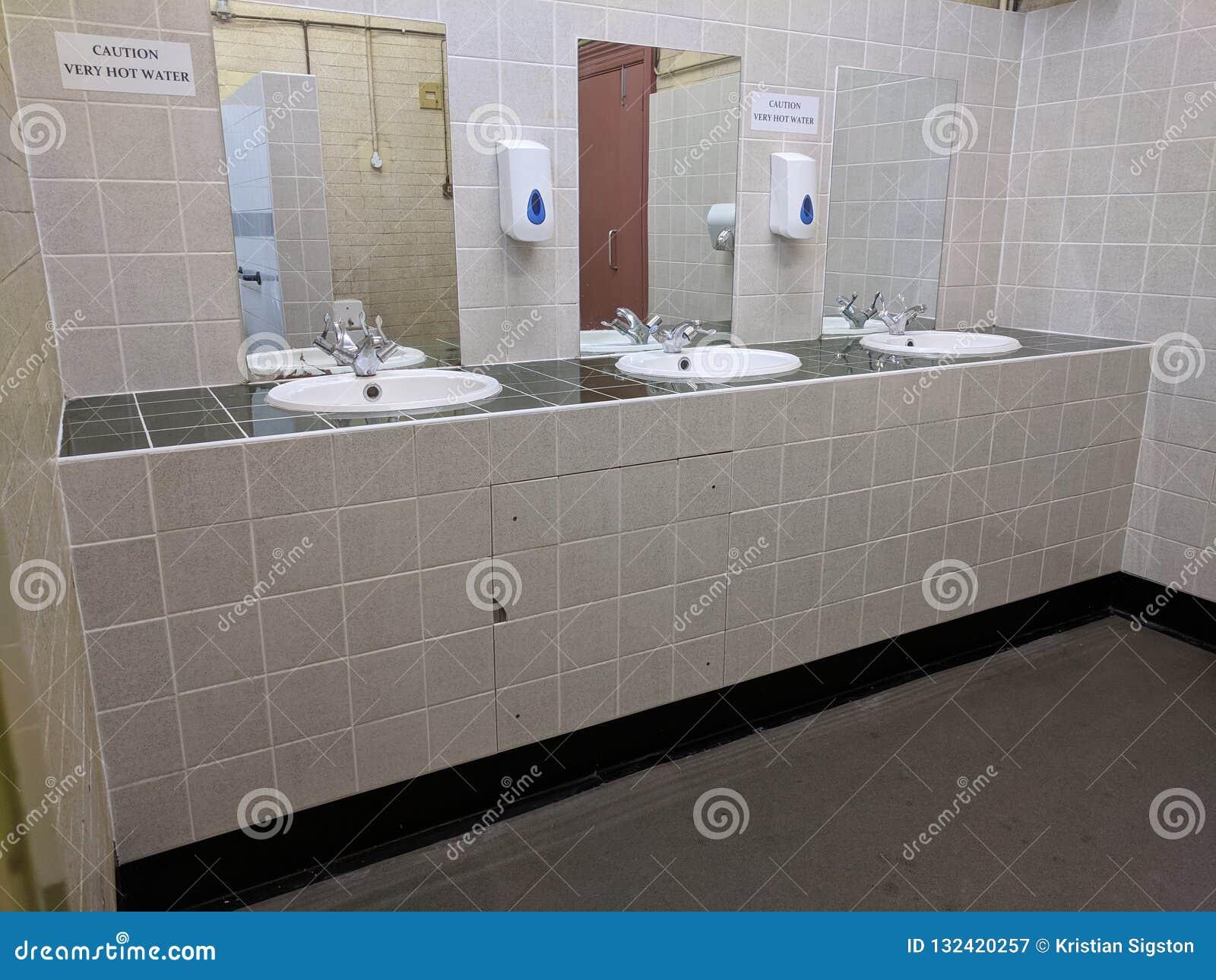 Vista isometrica dei lavandini e degli specchi