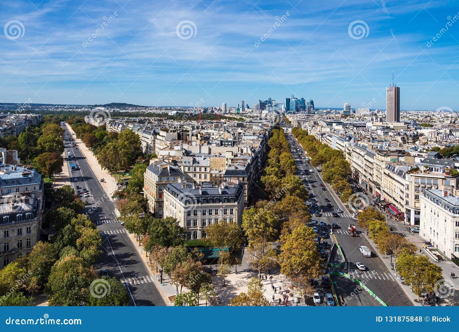 Vista a la alta defensa del La de la subida en París, Francia