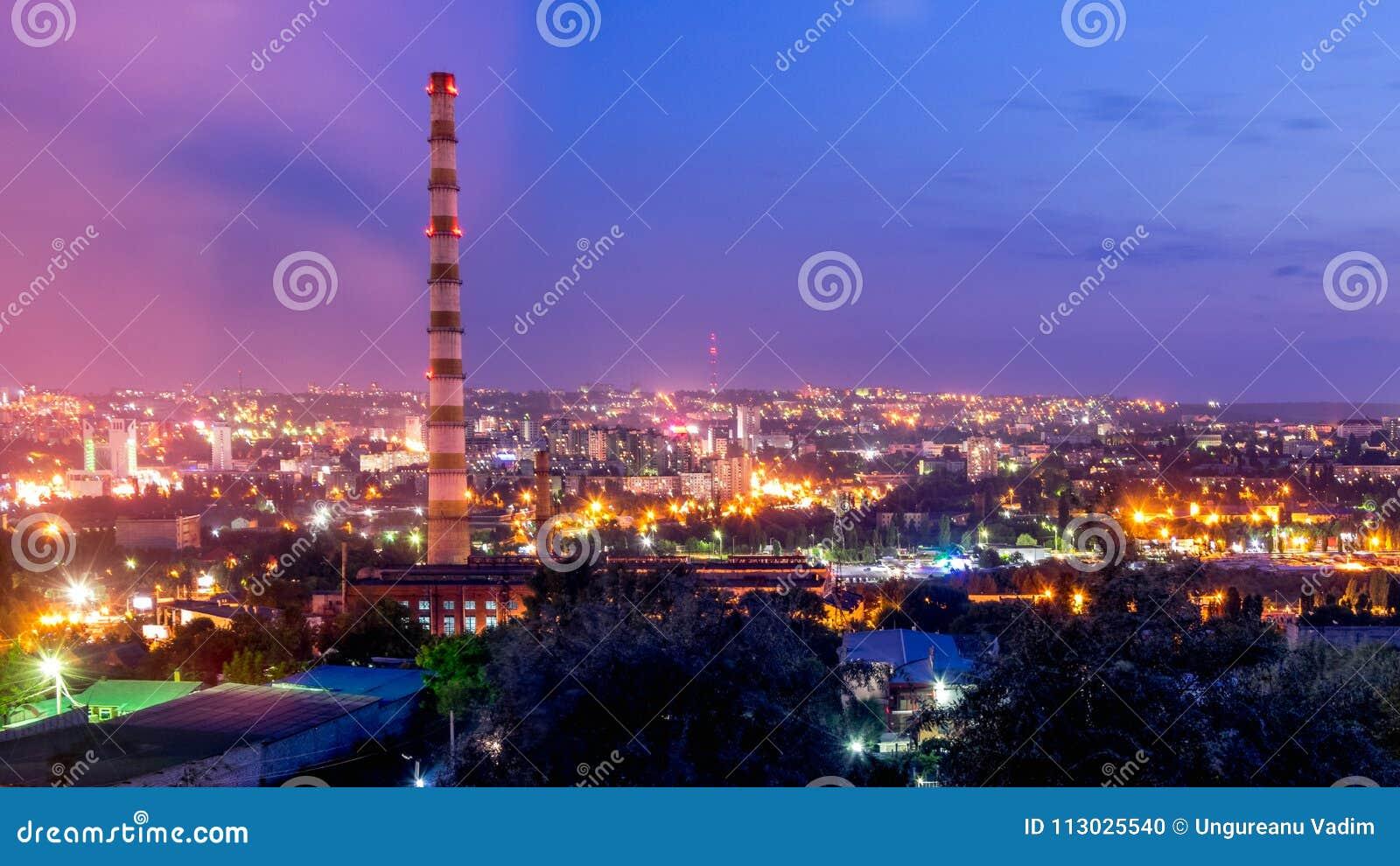Vista a la ciudad de Chisinau y del it& x27; iluminación de s