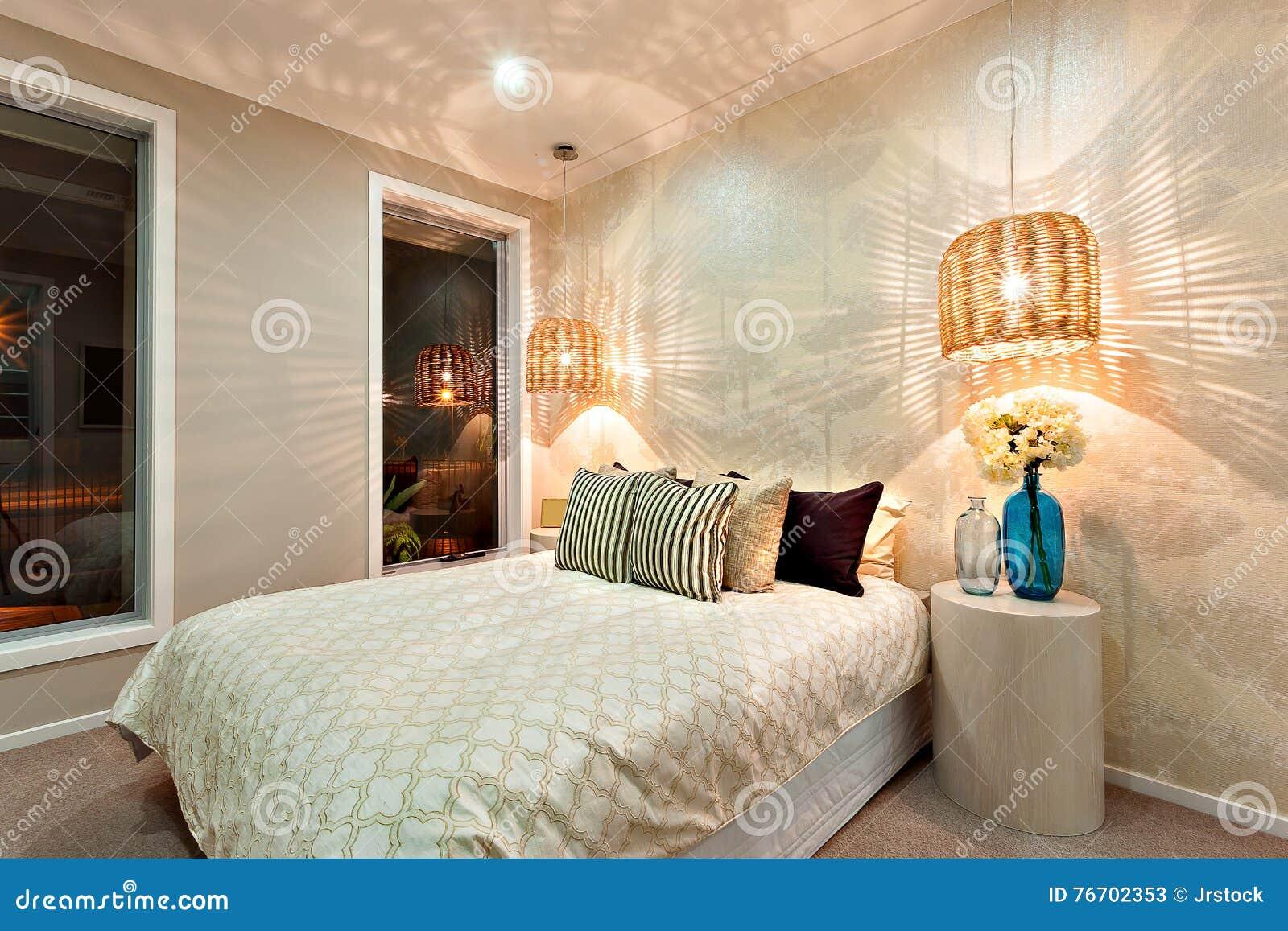 Vista lateral de um quarto luxuoso com uma cama