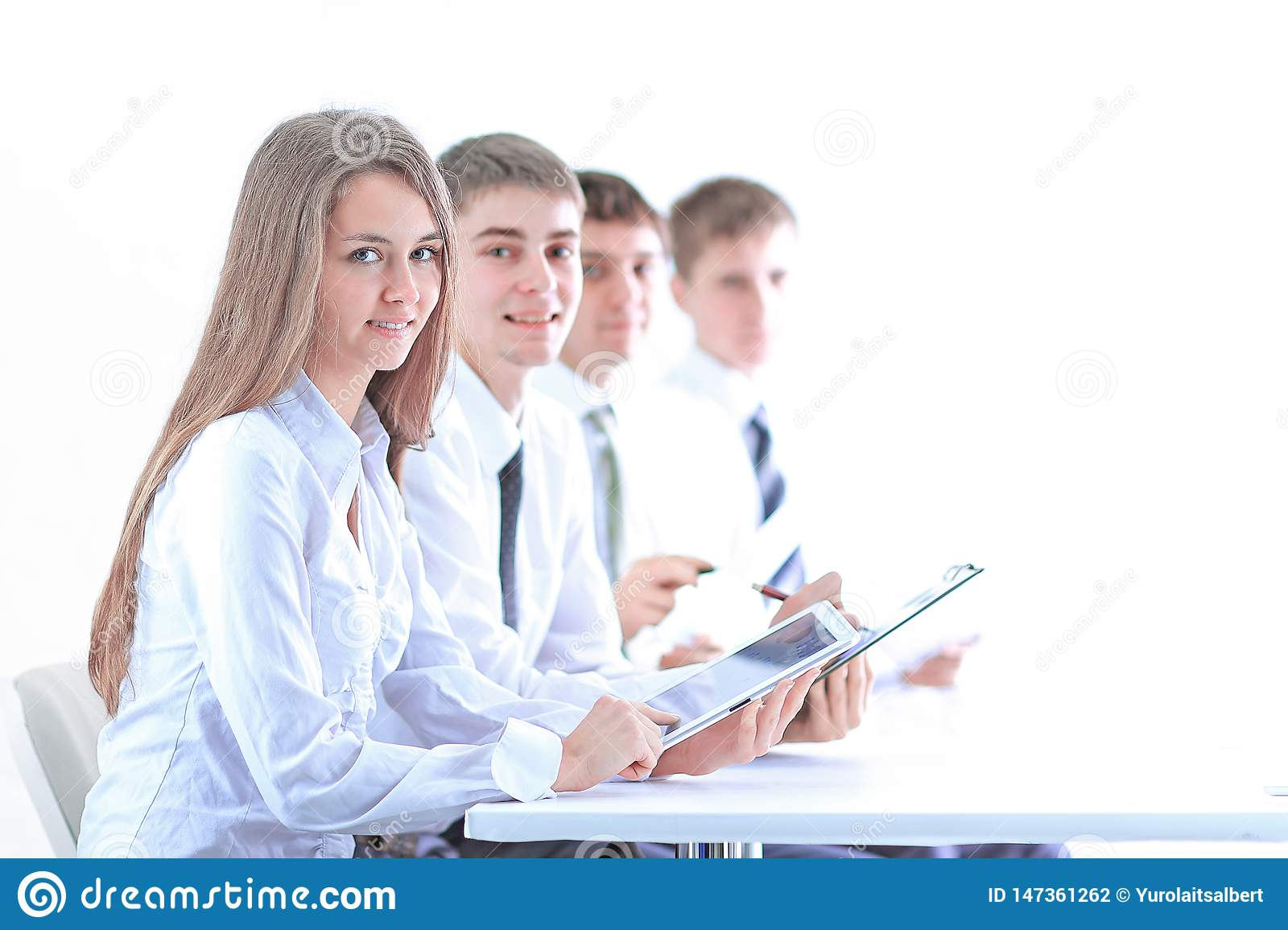 Vista lateral equipo joven del negocio que se sienta en el escritorio