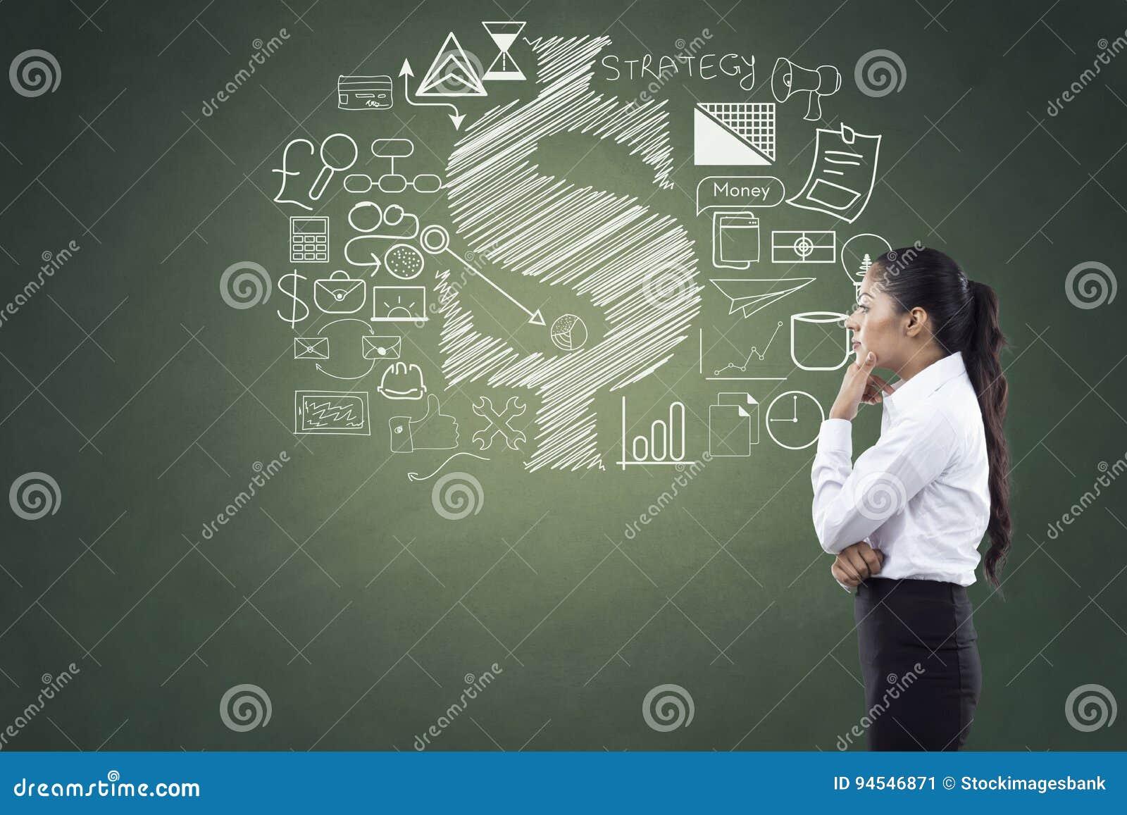 Vista laterale della donna di affari con le icone di finanza e di affari