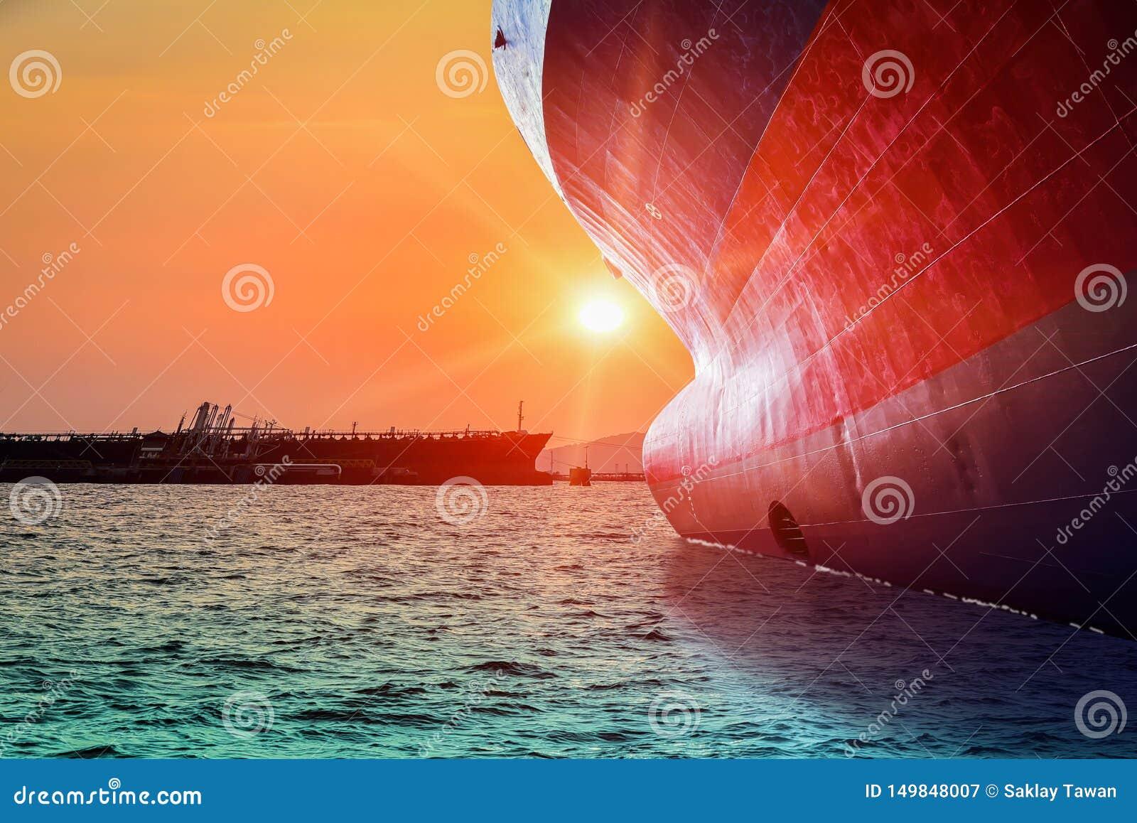 Vista laterale della nave anteriore con il tramonto
