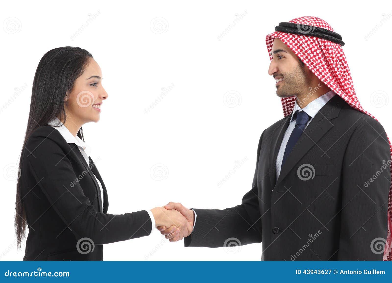 Vista laterale di un handshake saudita arabo delle persone di affari