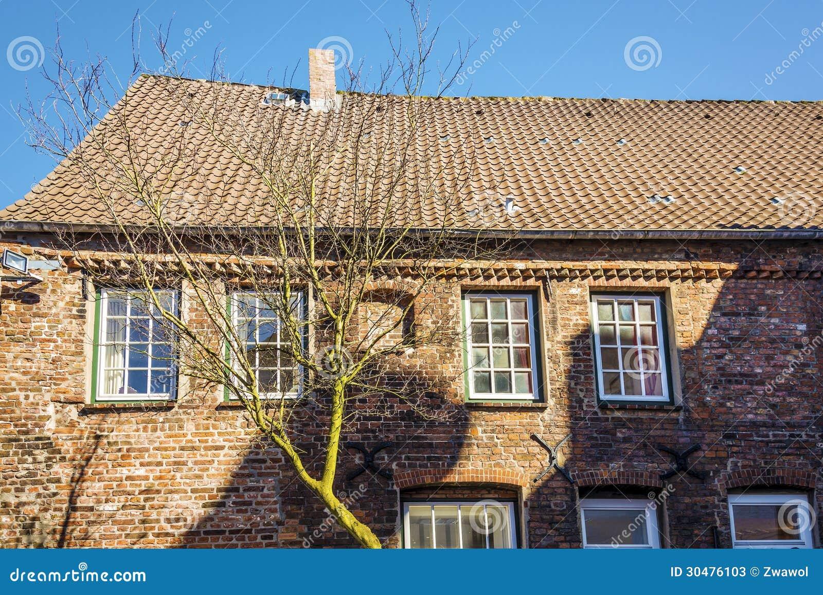 Casa con mattoni a vista di rosso di vista laterale for Costi di costruzione casa di mattoni