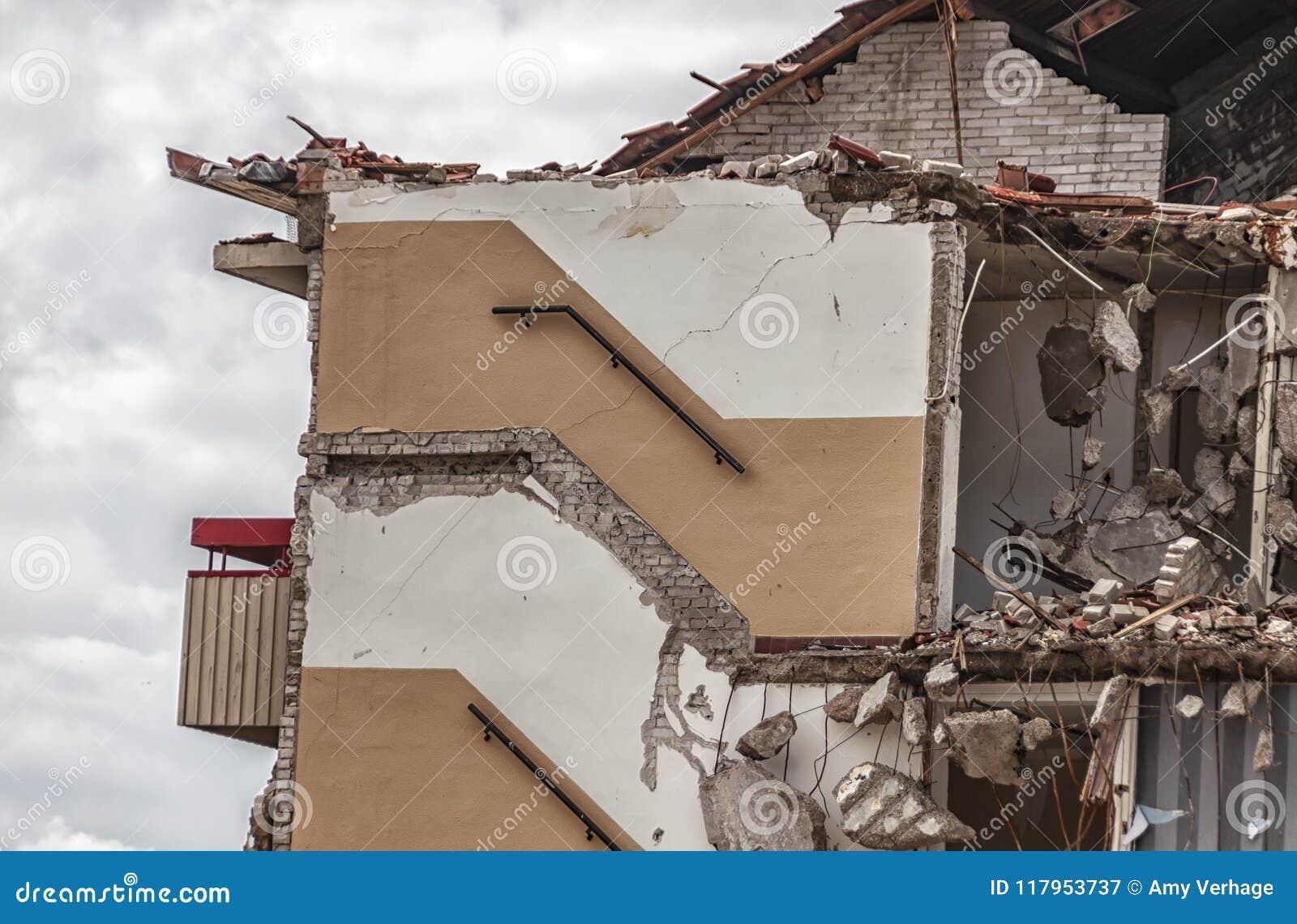 Vista laterale di una costruzione di appartamento demolita