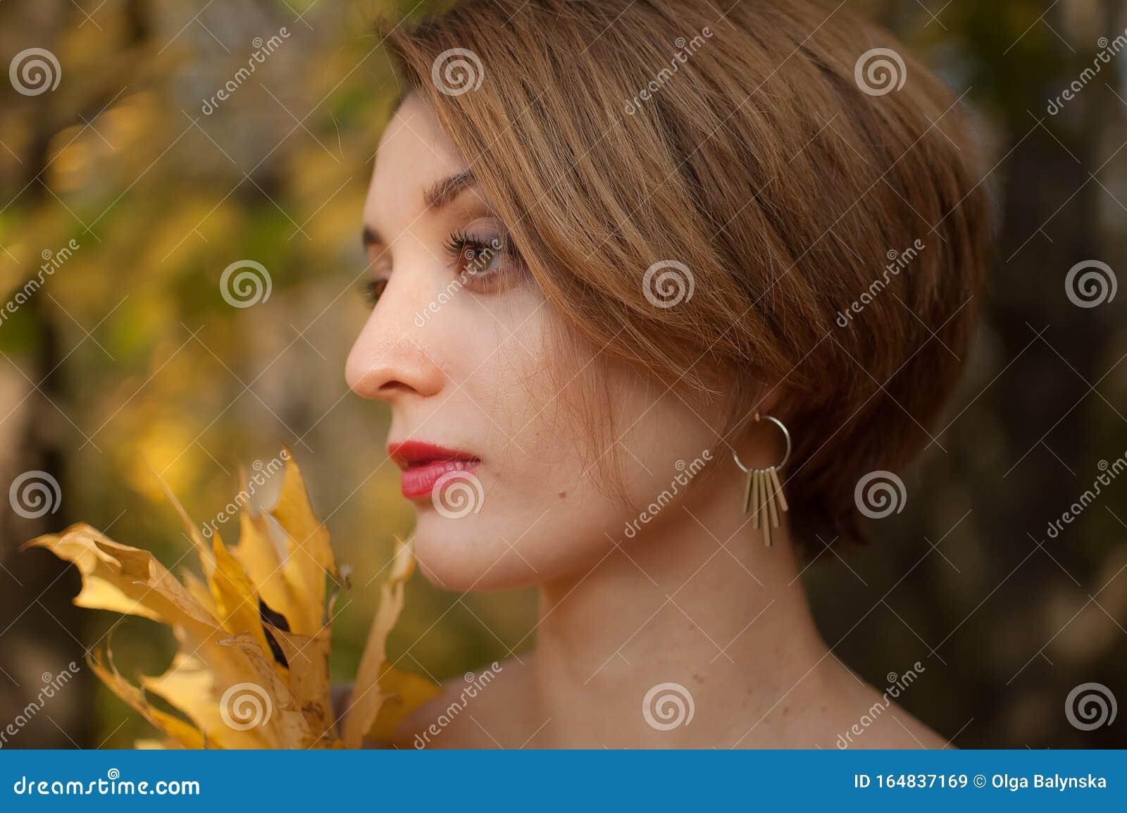 Vista Laterale Di Una Giovane Donna Attraente Con Capelli ...