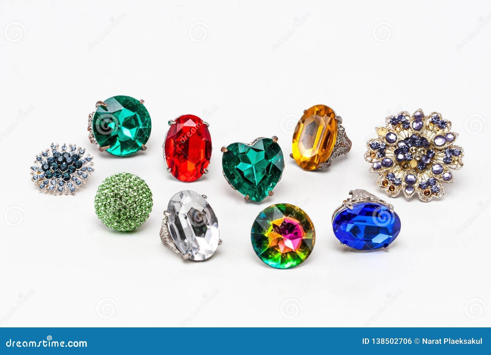 Vista los anillos multicolores de la moda en el fondo blanco
