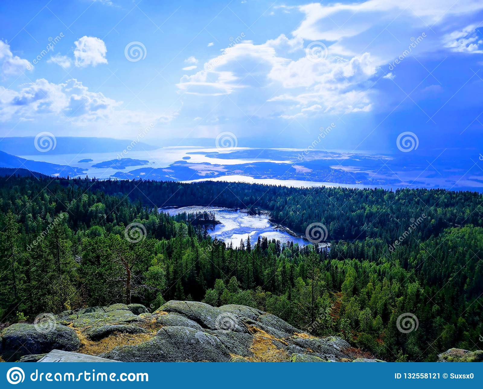 Vista mágica da água e das montanhas
