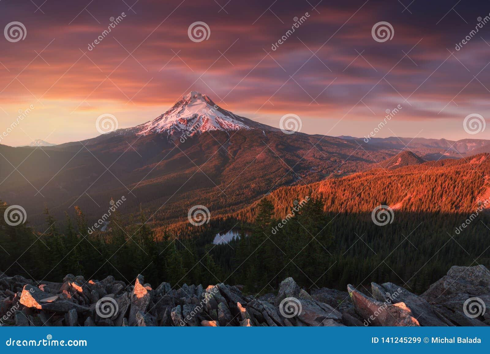 Vista maestosa del cappuccio di Mt Cappuccio su un tramonto luminoso e variopinto durante i mesi di autunno Il nord-ovest pacific