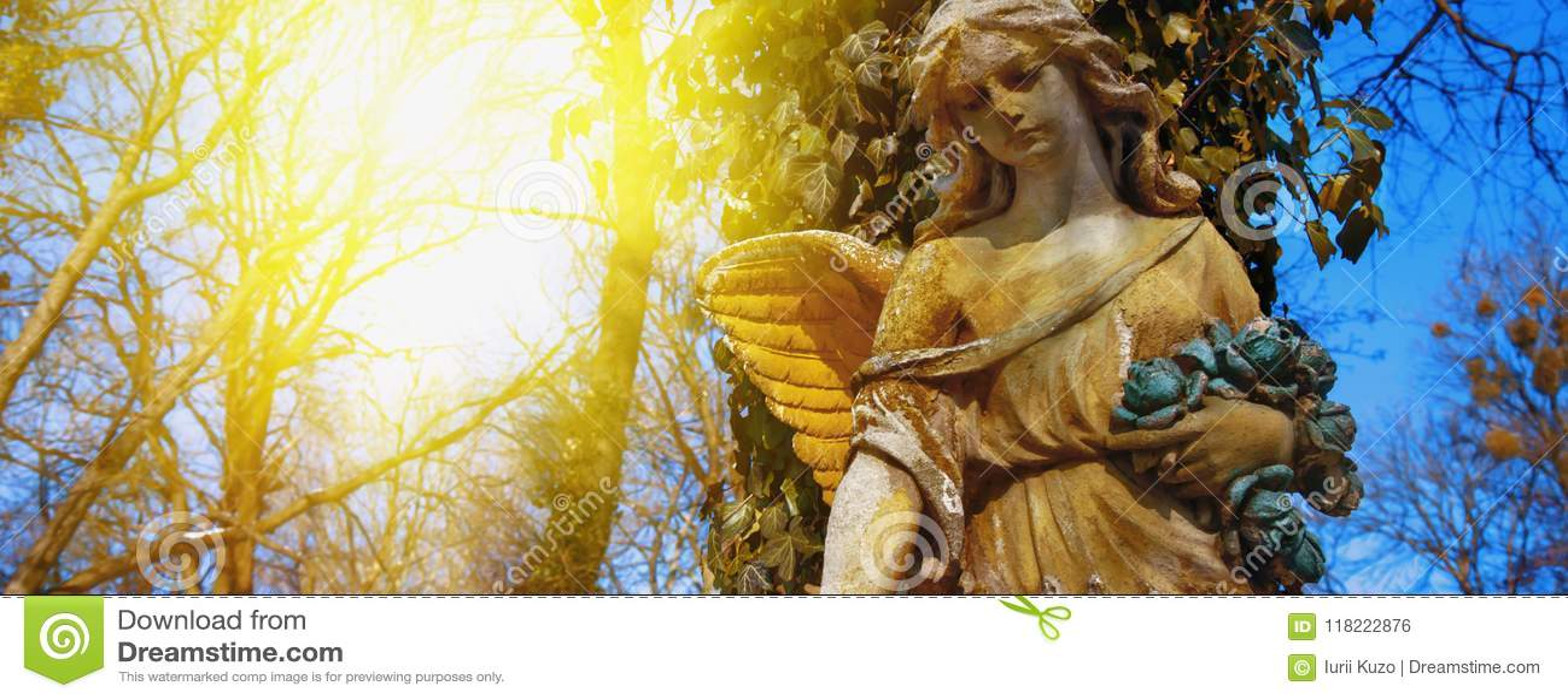 Vista majestosa da est?tua do anjo dourado iluminada pela luz solar