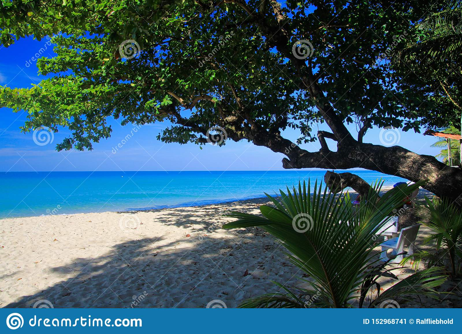 Vista na praia branca tropical da areia, Ko Chang, Tailândia