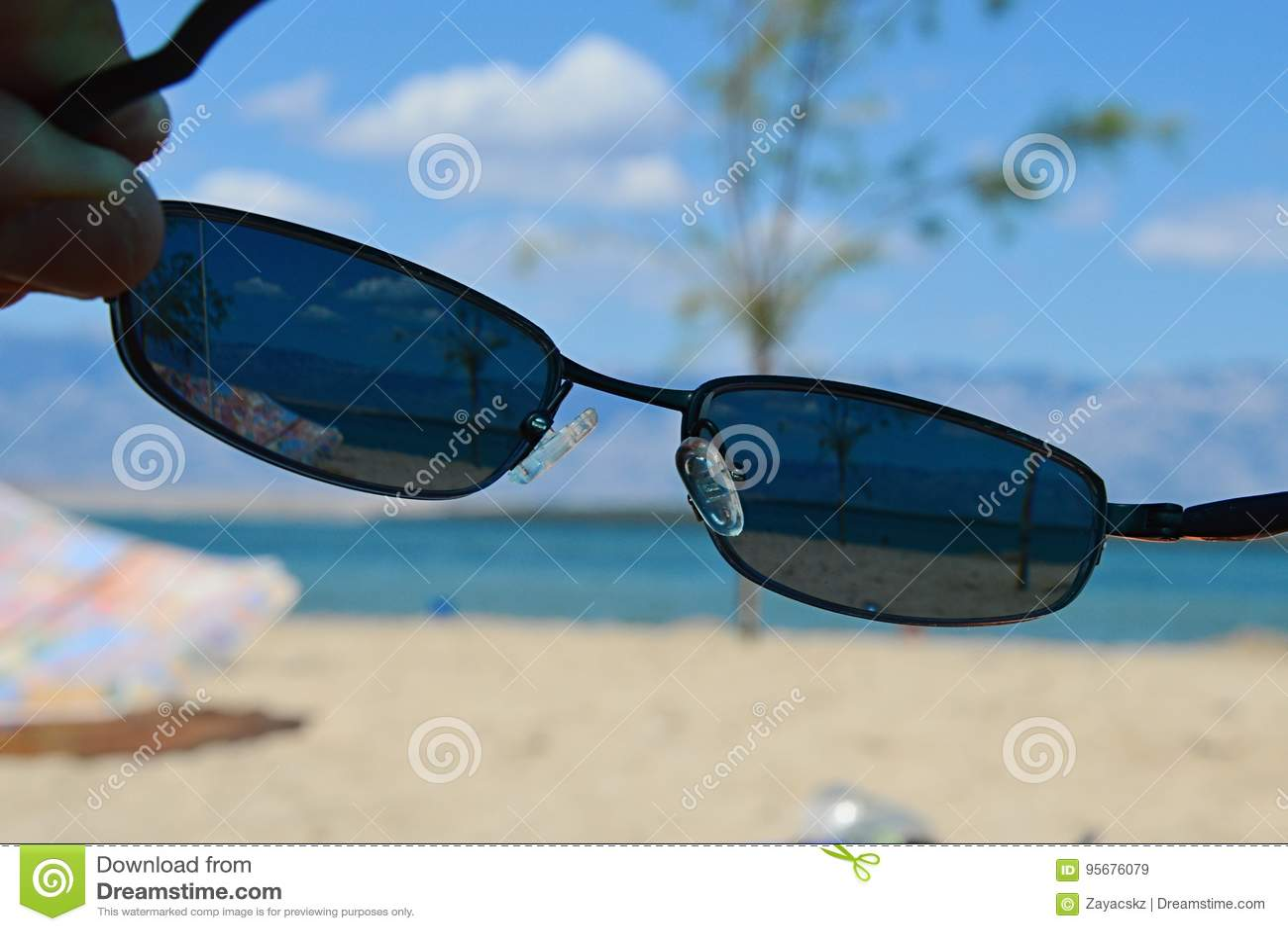 8263bc40f3c7b A vista na praia ensolarada através dos óculos de sol dióptricos com 400 UV  filtra