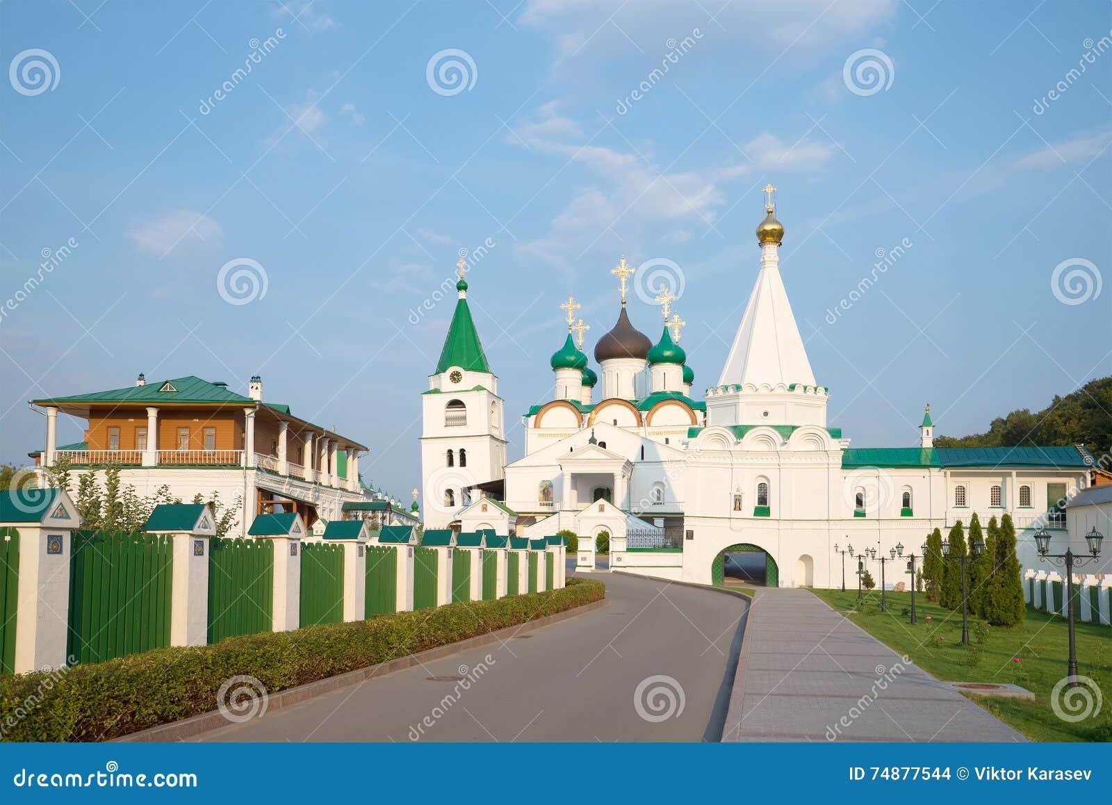Vista no monastério da ascensão de Pechersky, nivelando em agosto Nizhny Novgorod
