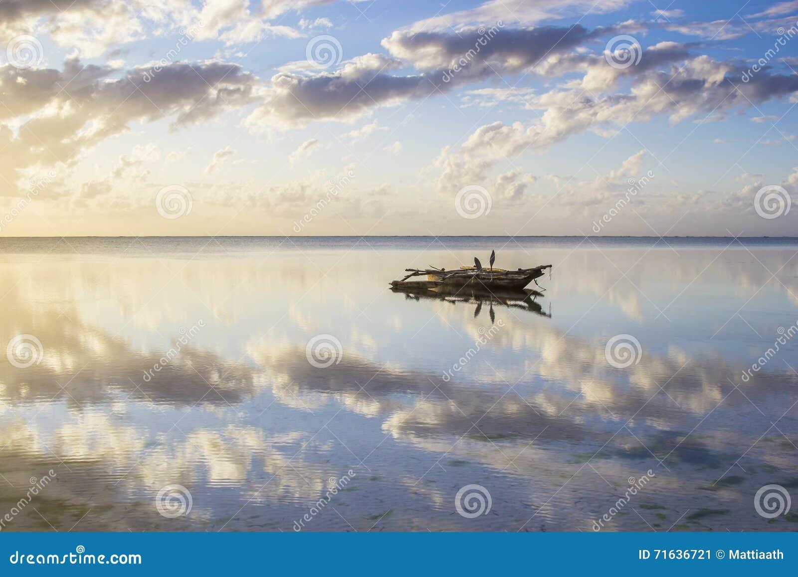 Vista no waterscape idílico com o barco tradicional do dhow