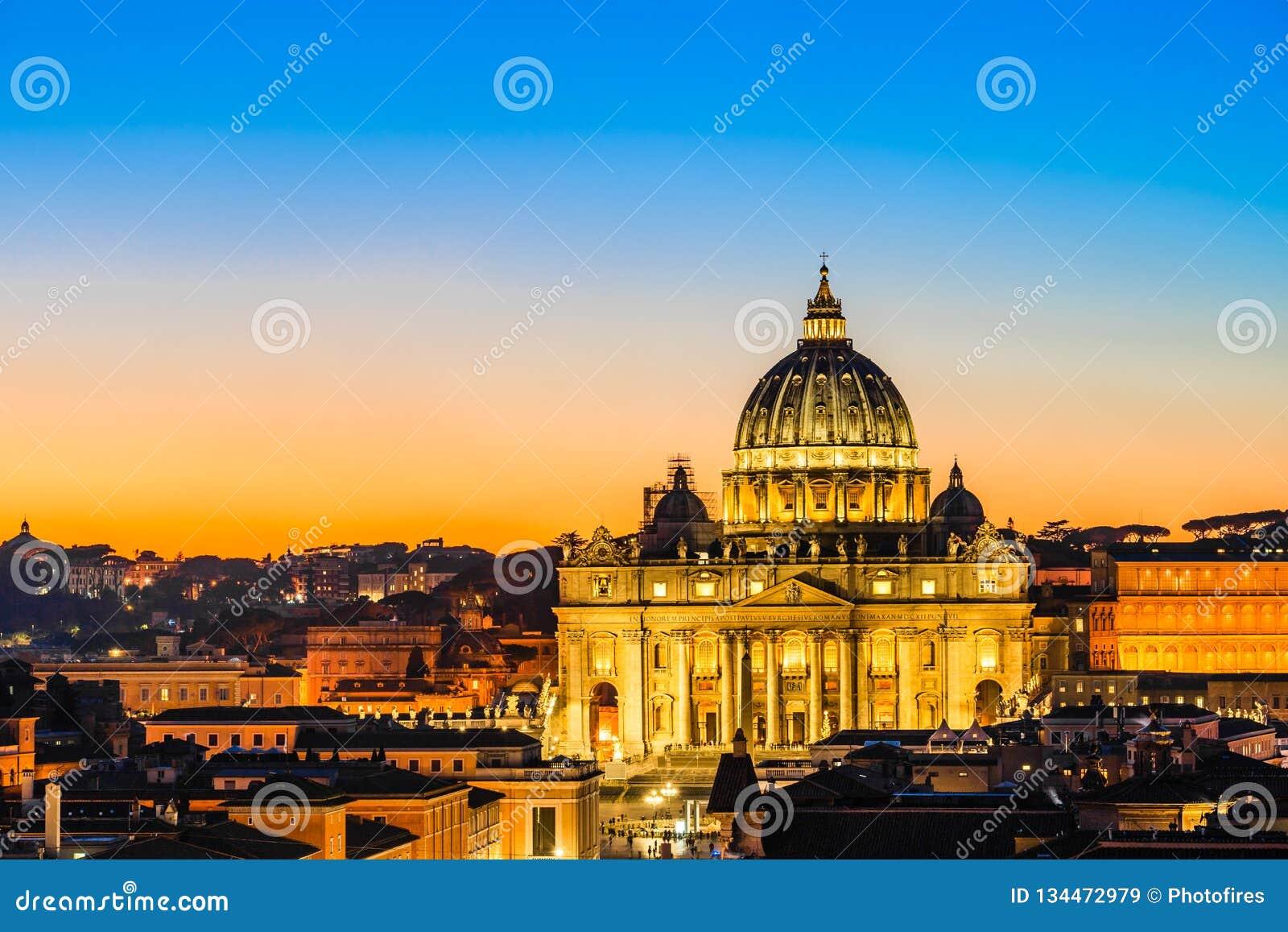 Vista nocturna de la basílica de San Pedro en la Ciudad del Vaticano, Roma, Italia