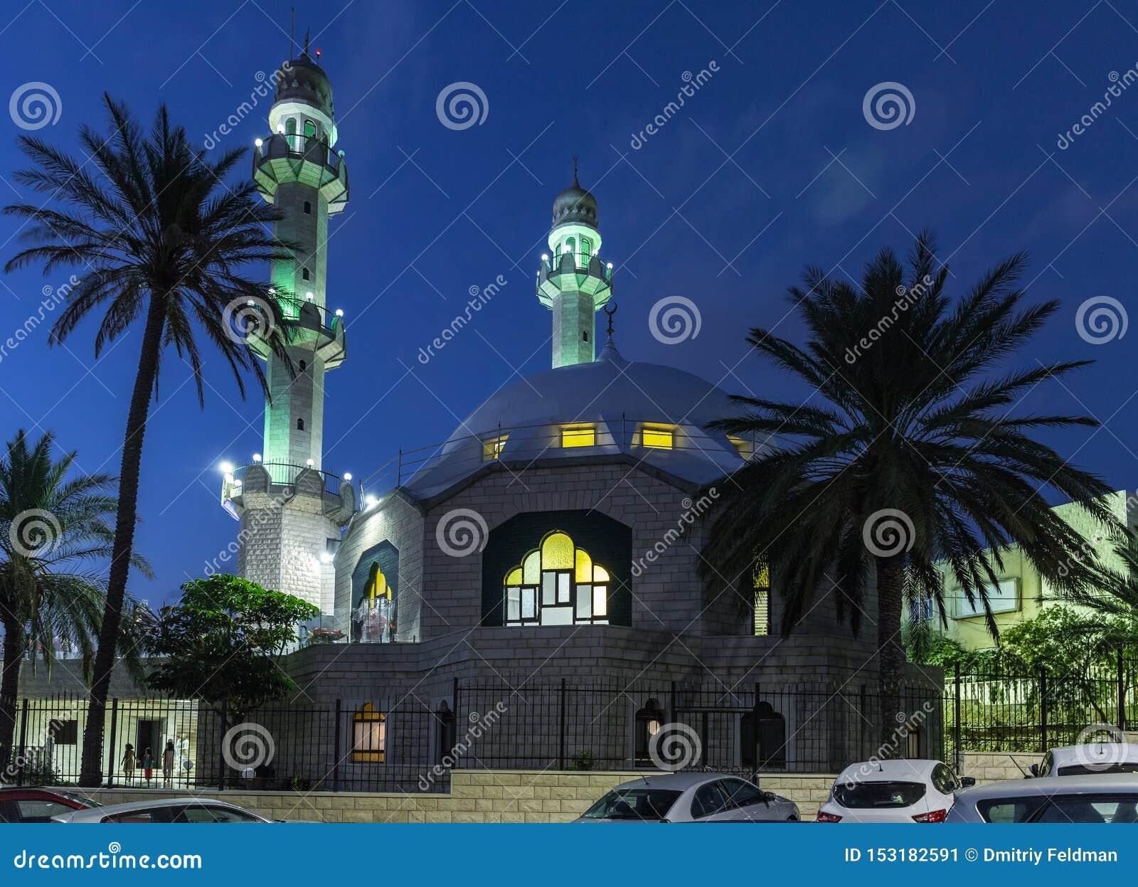 Vista nocturna de la calle adyacente a la mezquita de Ahmadiyya Shaykh Mahmud en la ciudad de Haifa en Israel