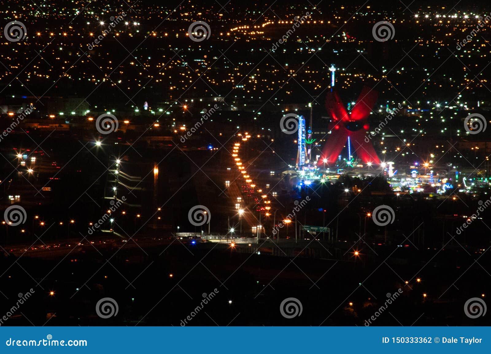 Vista nocturna de la frontera de US/Mexico, chihuahua de El Paso TX/Juarez que muestra a Rio Grande, tráfico en el puente y un ca