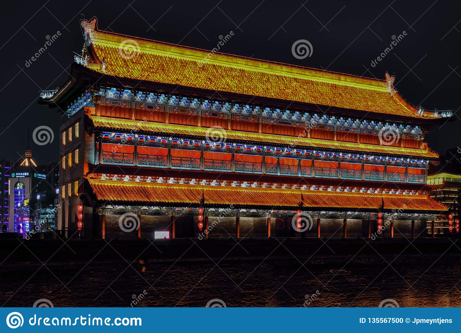 Vista nocturna de Xian City de los terraplenes de la pared, - Imagen