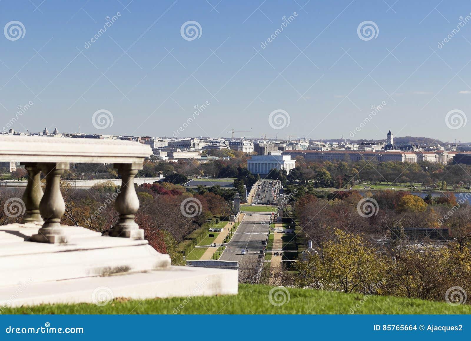 Vista outonal eastwards para Lincoln Memorial do túmulo de Pierre L ` Enfant no cemitério nacional de Arlington