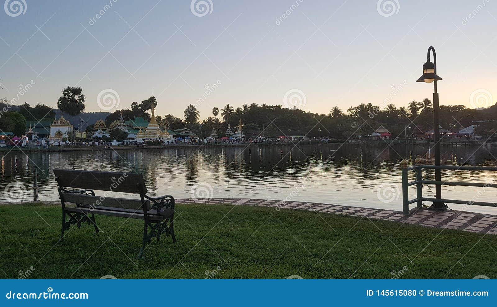 Vista pacifica del lago mae Hong Son in Tailandia