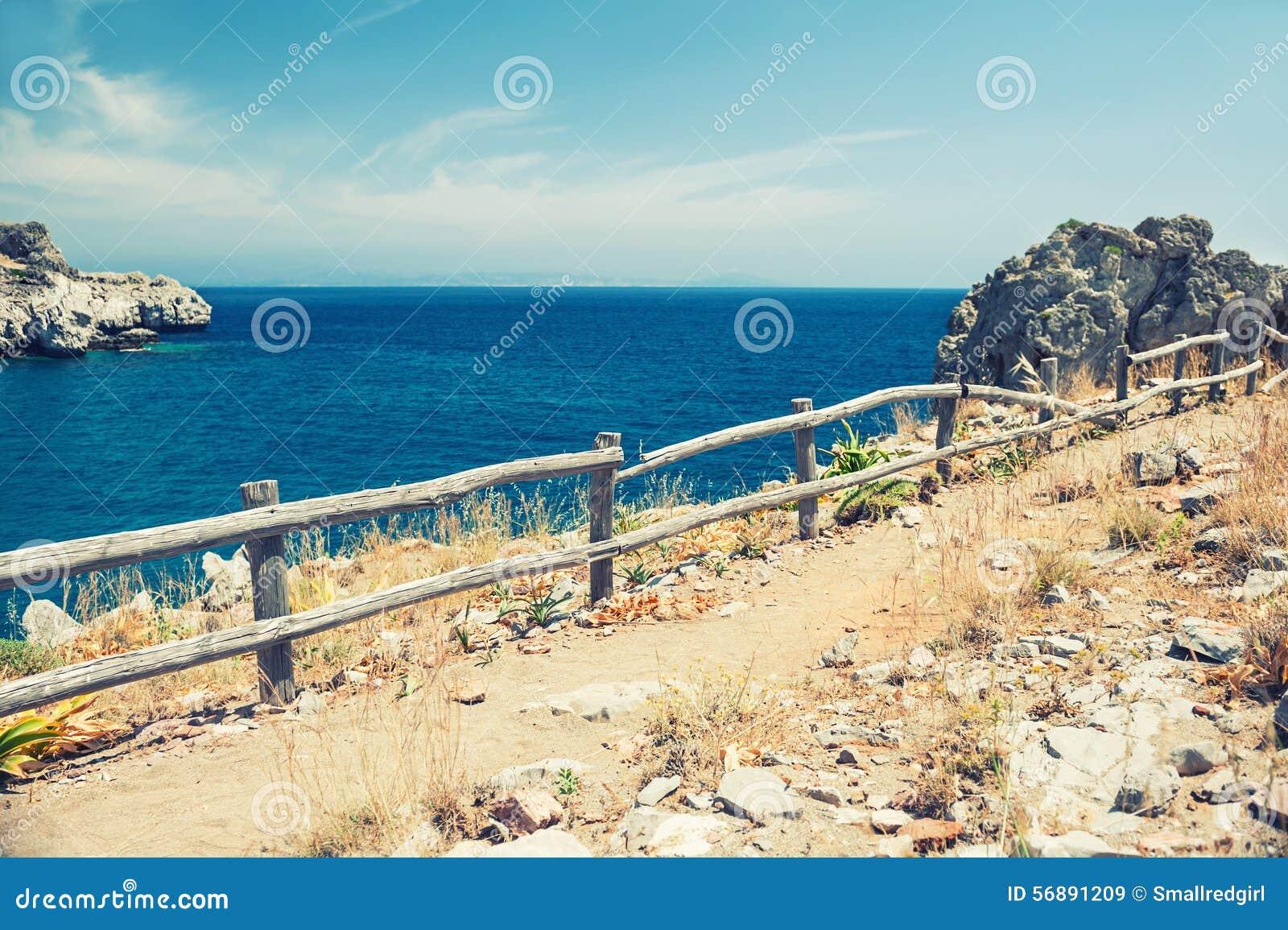 Vista paesaggio di estate della costa di mare di bello