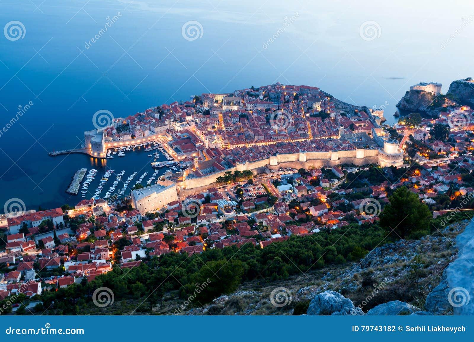 Vista panorámica de Dubrovnik en la noche Croacia