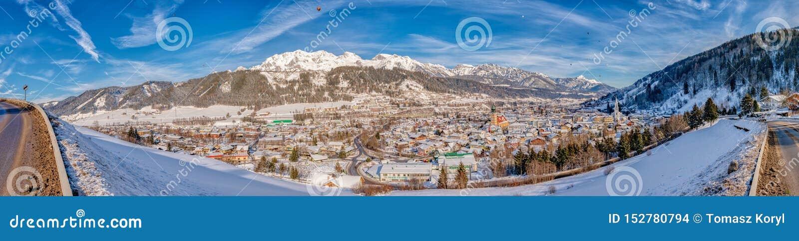 Vista panorámica de globos y de montañas coronadas de nieve sobre Schladming, Austria