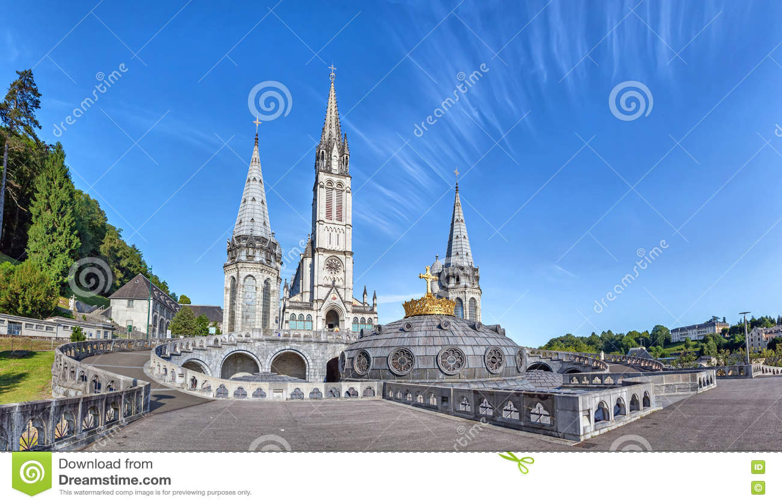 Vista panorámica de la basílica del rosario en Lourdes