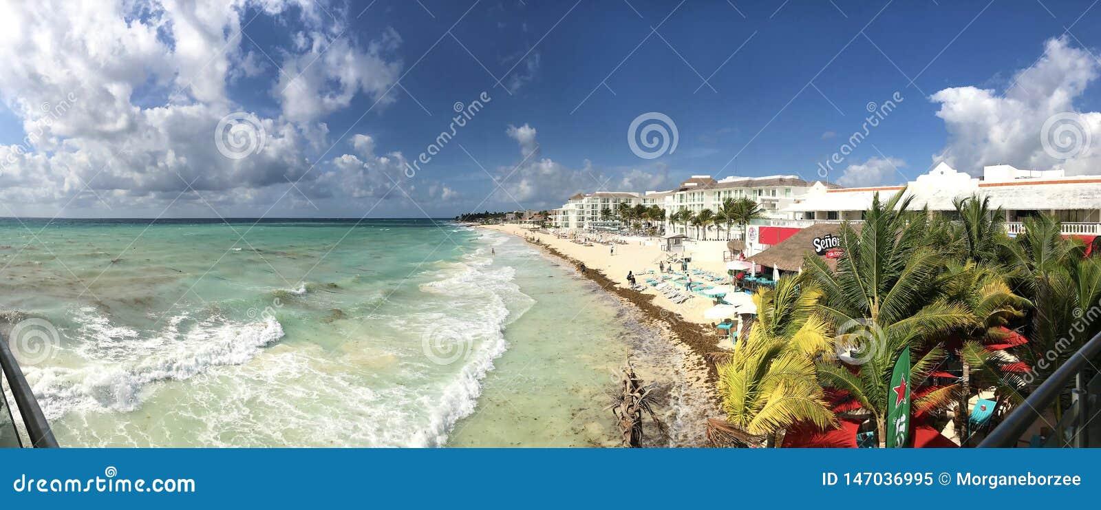 Vista panorámica de la playa, de los hoteles y de la barra de la turquesa