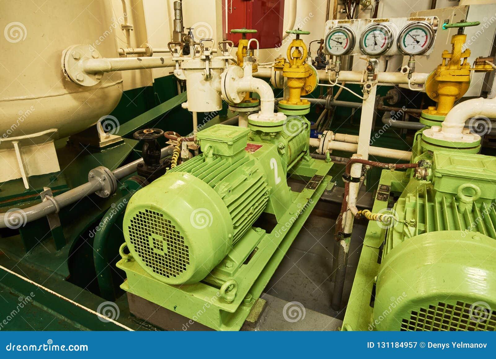 Vista panorámica de motores eléctricos en un buque mercante en la sala de máquinas