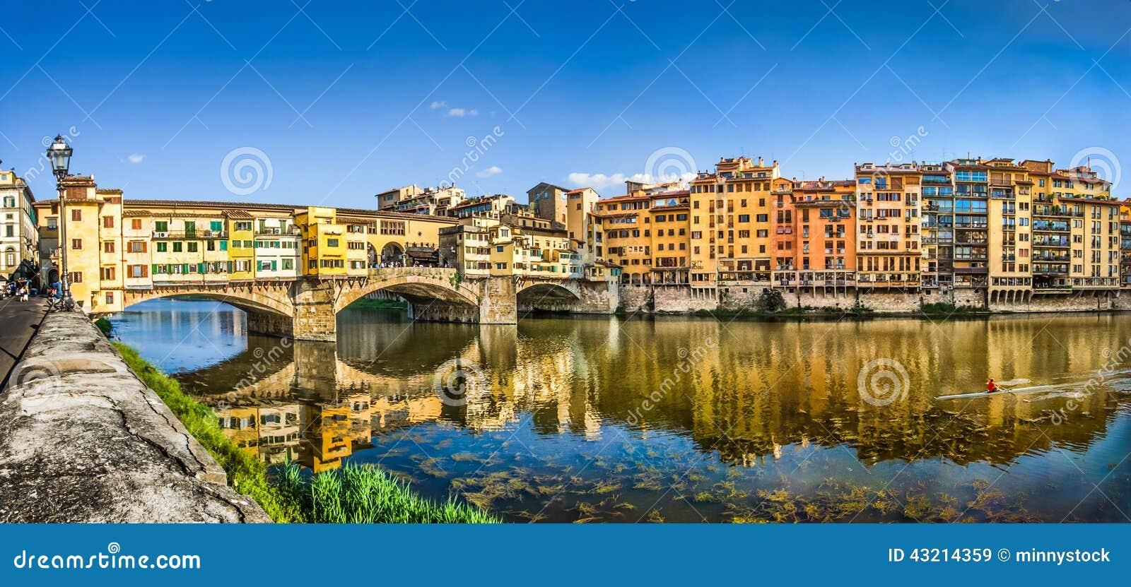 Vista panorámica de Ponte Vecchio con el río Arno en la puesta del sol, Florencia, Italia