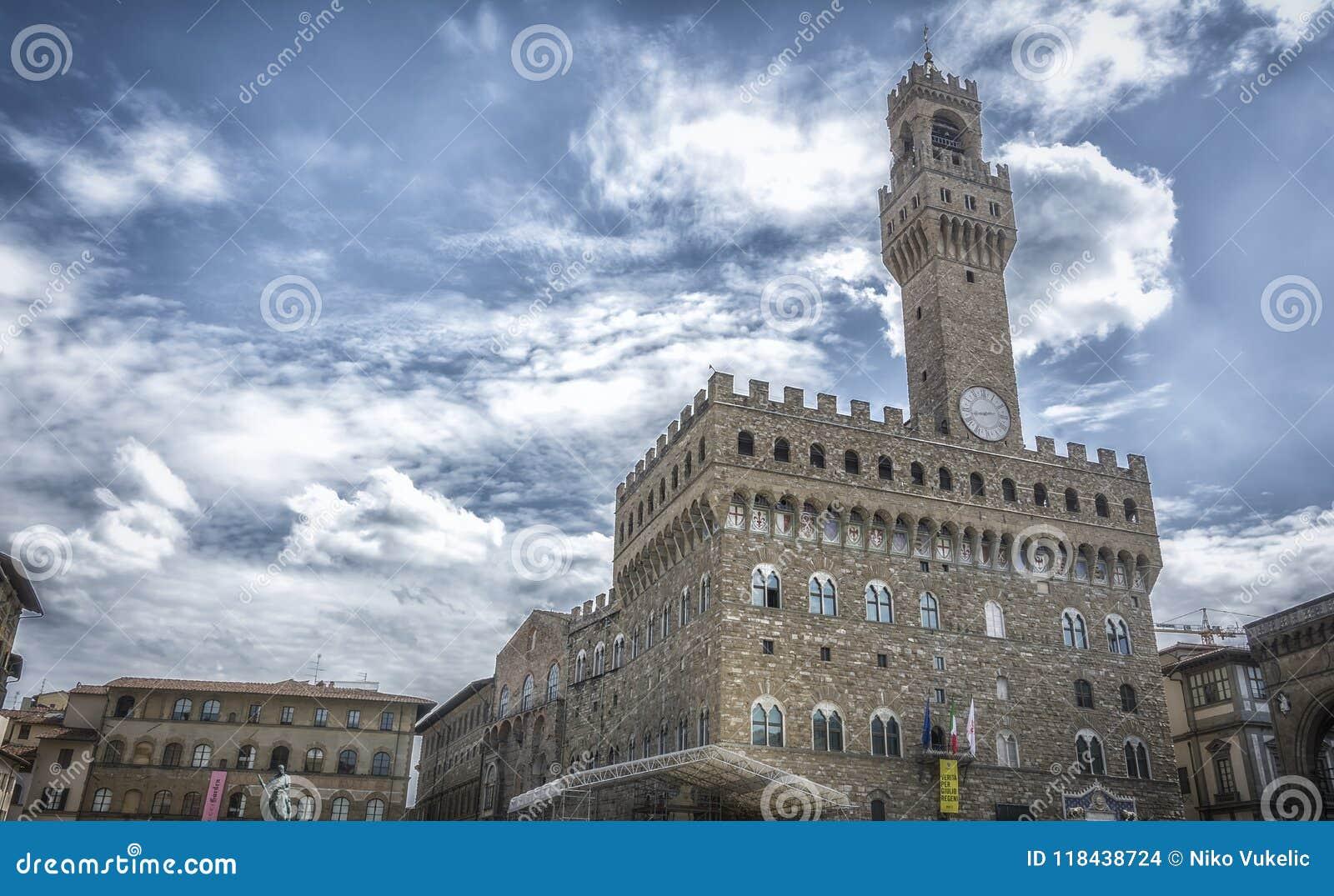 Vista panorámica del della famoso Signoria de la plaza con Palazzo Vecchio en Florencia, Toscana, Italia
