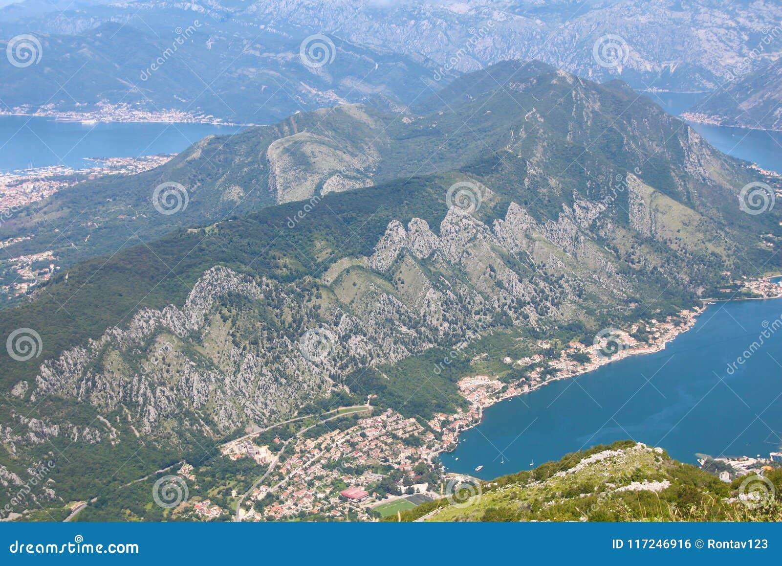Vista panorámica del fiordo de la bahía de Kotor, parque nacional de Lovcen