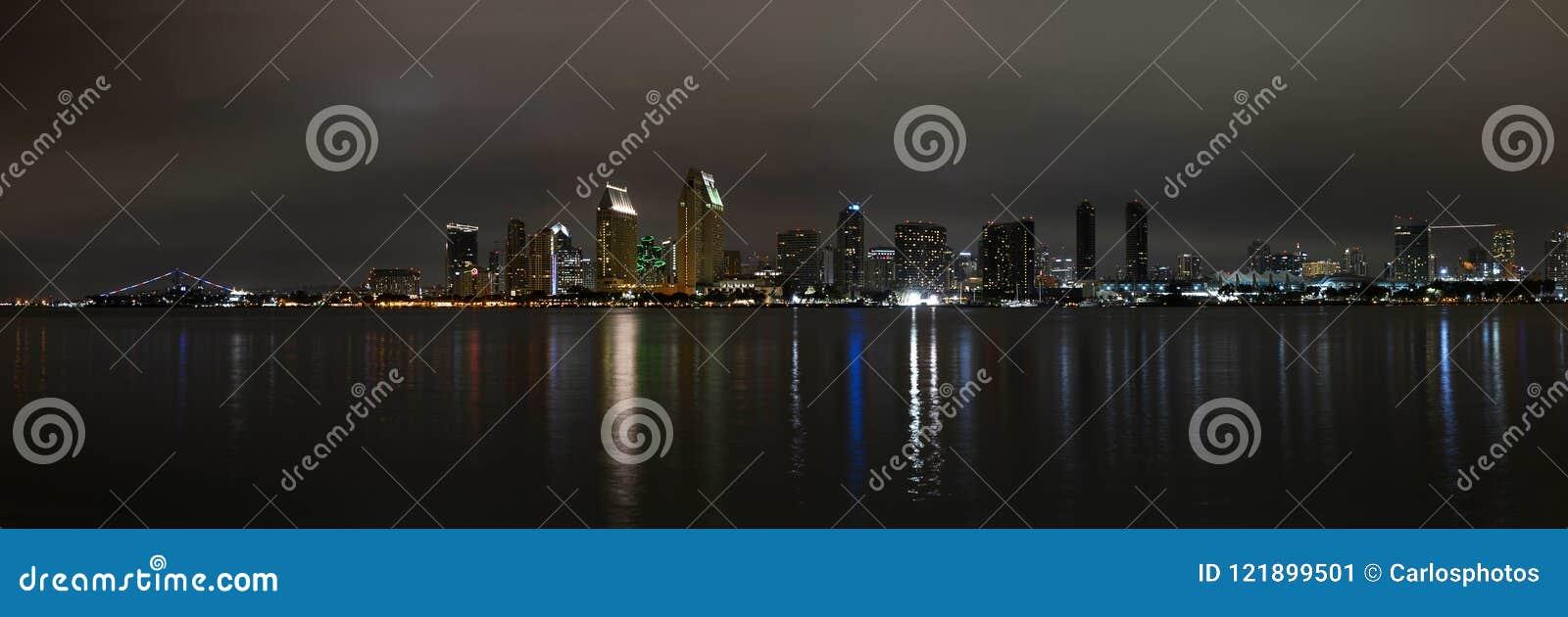Vista panorámica del horizonte de San Diego en la noche