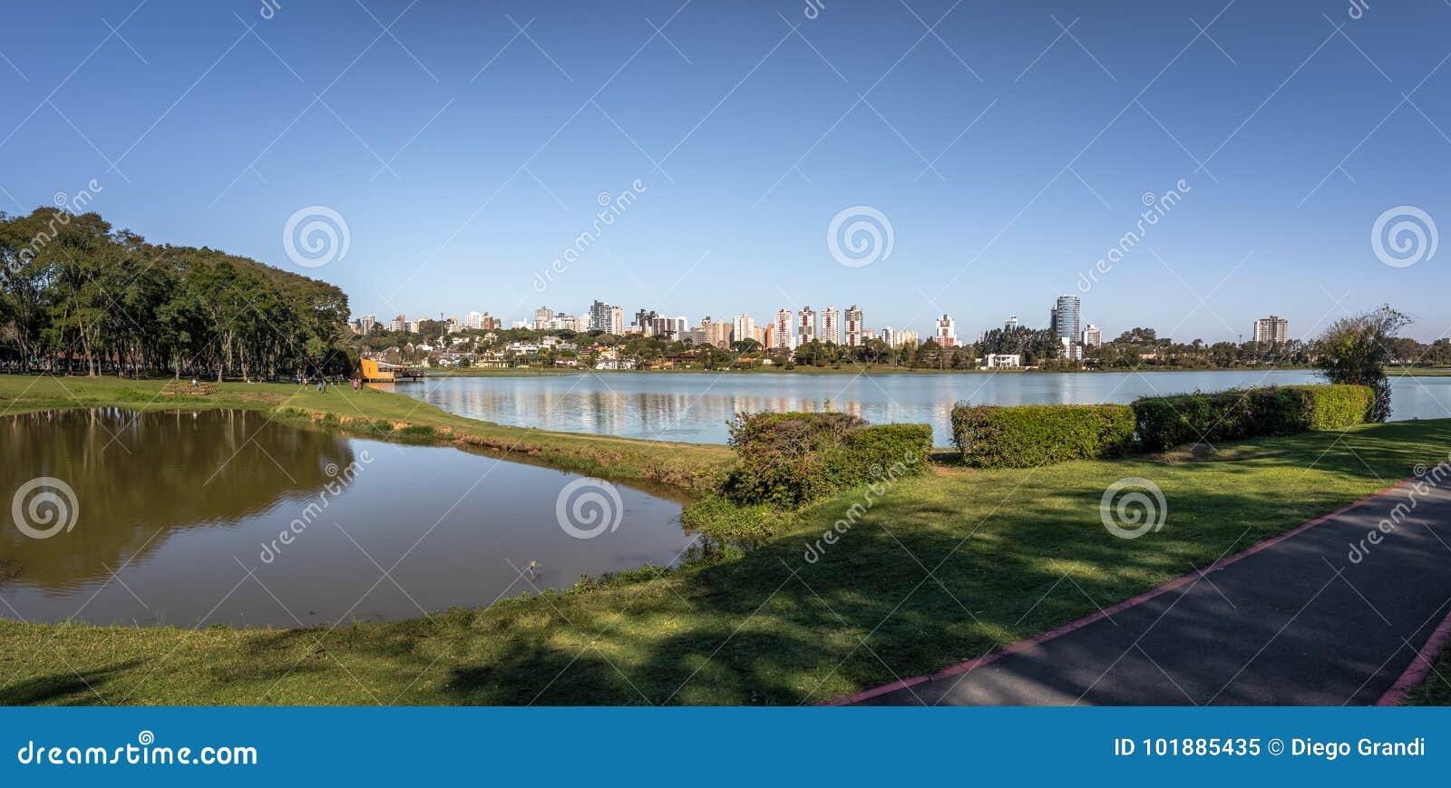 Vista panorámica del horizonte del parque y de la ciudad de Barigui - Curitiba, Paraná, el Brasil