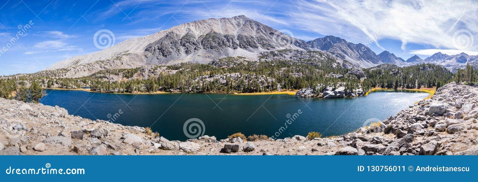 Vista panorámica del lago alpino, sierras del este