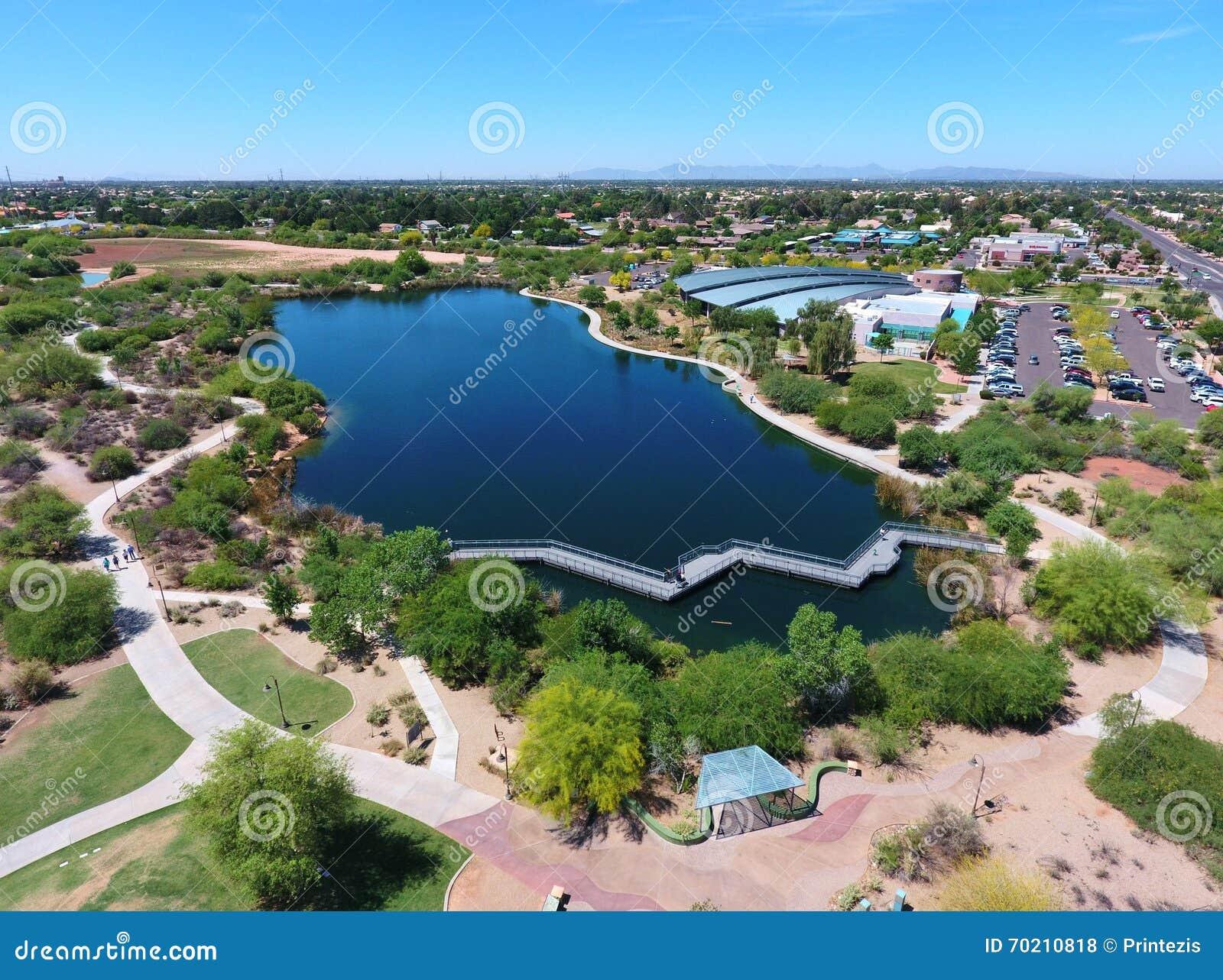 Vista panorámica del lago y de rastros de Gilbert Public Library