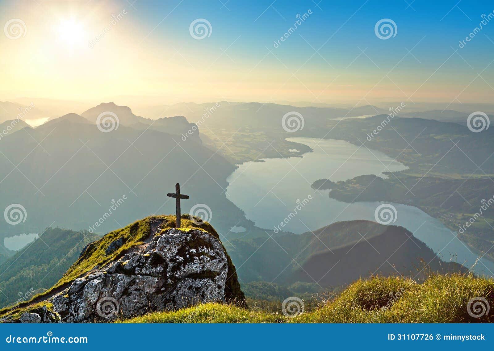 Vista panorámica del paisaje hermoso con el lago Mondsee en la puesta del sol de la montaña de Schafberg en Salzkammergut, Austria