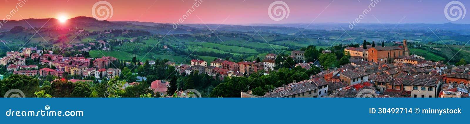 Vista panorámica del paisaje hermoso con la ciudad medieval de San Gimignano en la puesta del sol en Toscana, provincia de Siena,