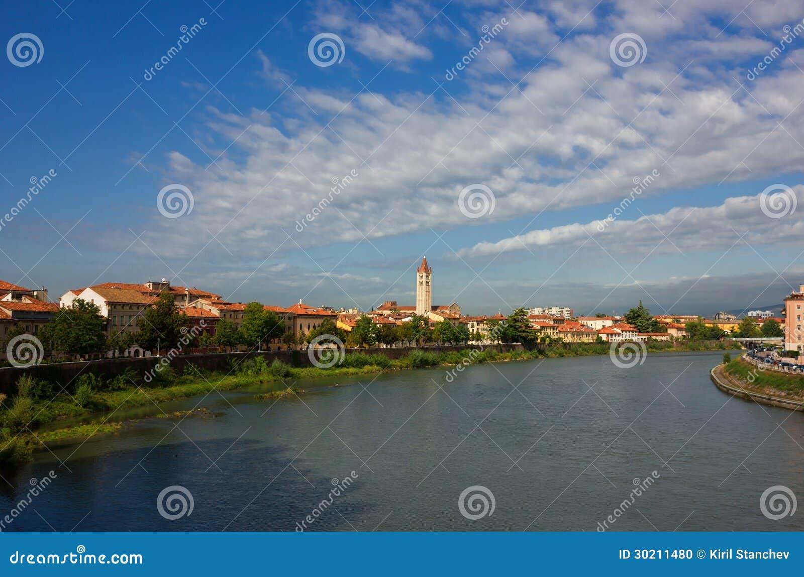 Opinión panorámica del río Adige en Verona