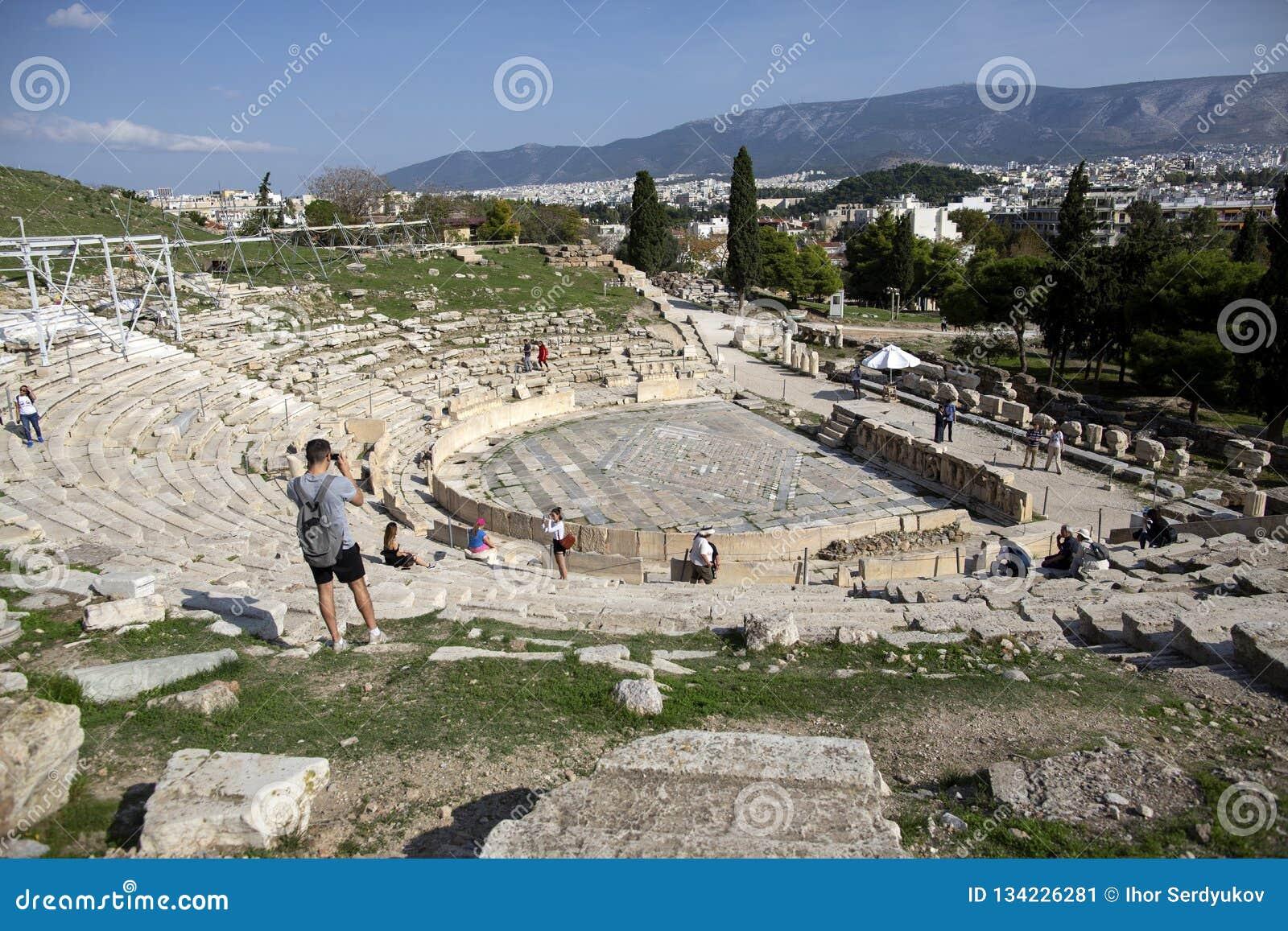 Vista panorámica del teatro de Dionysus en el pie de acrópolis en Atenas, Grecia Es uno de la señal principal de Atenas
