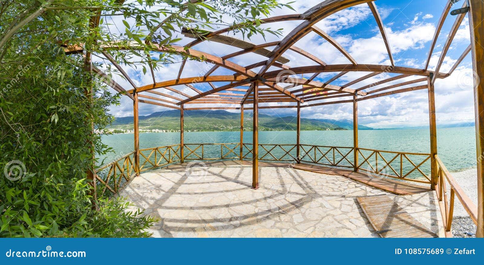 Vista panorámica del terace de madera del verano de vila de lujo en la costa de Ohrid