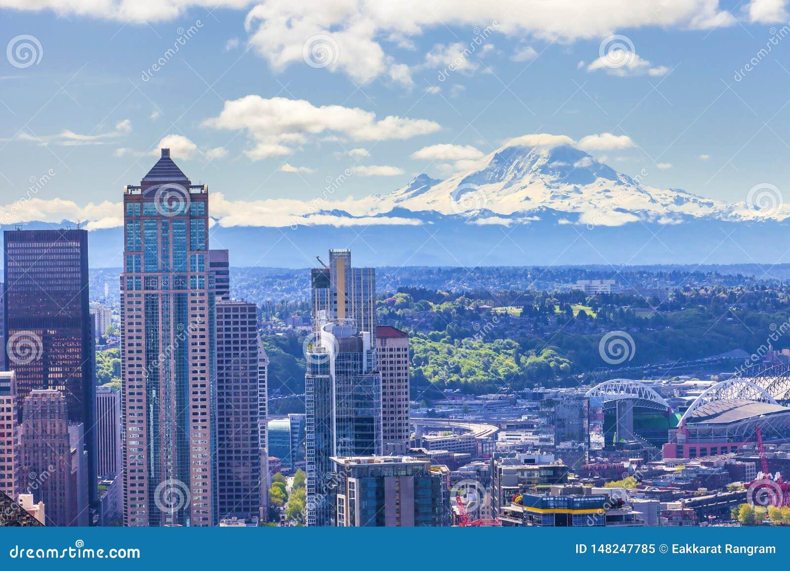 Vista panorámica hermosa de la ciudad del Monte Rainier y de Seattle