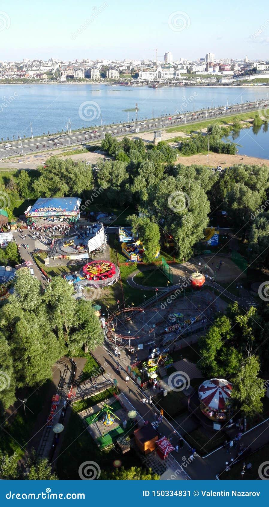 Vista panorámica hermosa del parque de atracciones en Kazán