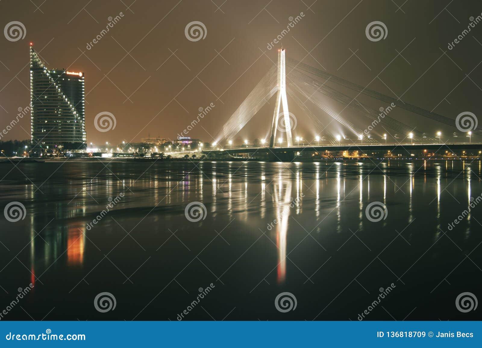 Vista panorâmica ao prédio de escritórios Saules Akmens e à ponte cabo-ficada Vansu