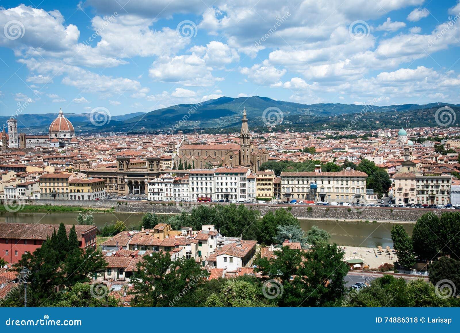 Vista panorâmica ao River Arno, ao Palazzo Vecchio e à catedral