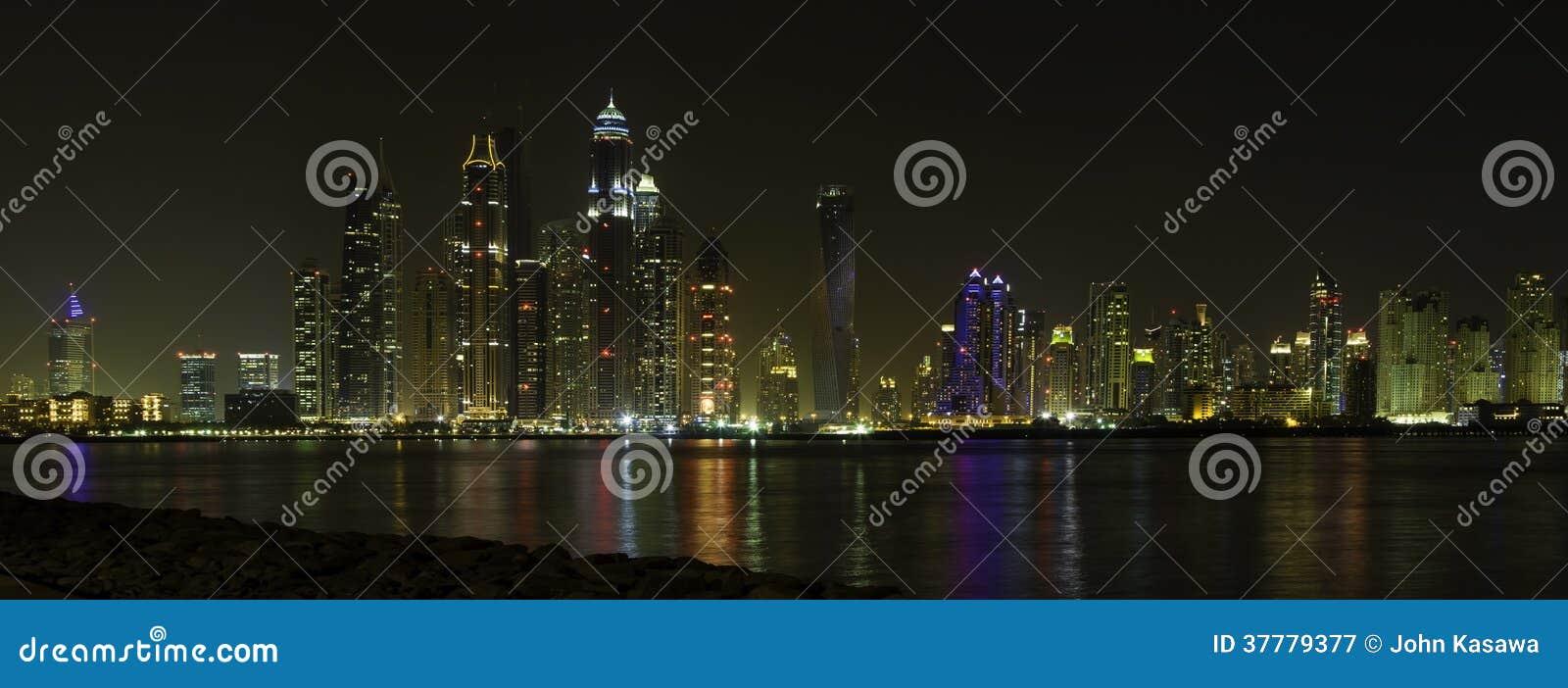A vista panorâmica bonita de Dubai na noite, UAE uniu o árabe