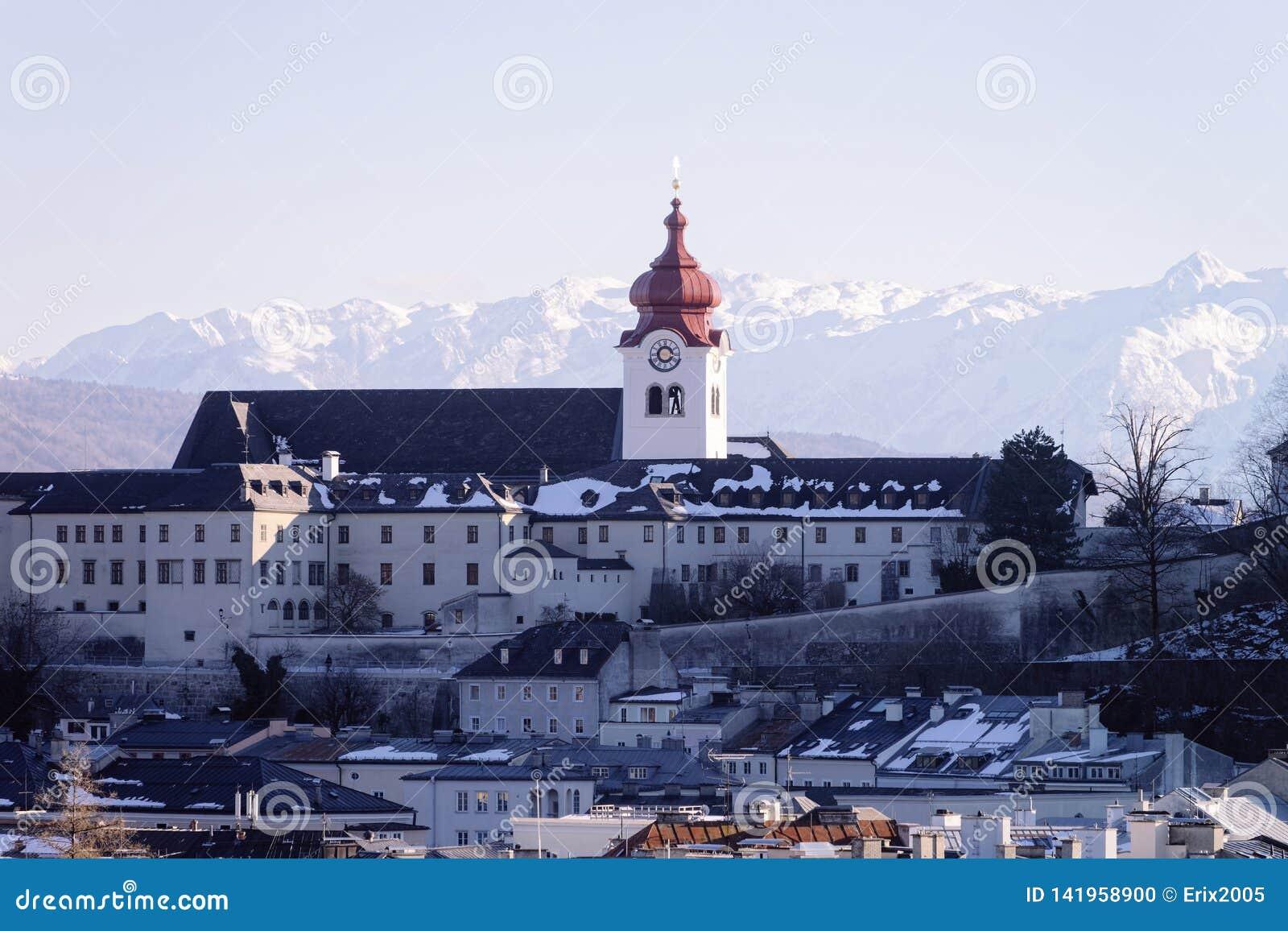 Vista panorâmica com catedral e paisagem na cidade velha Salzburg